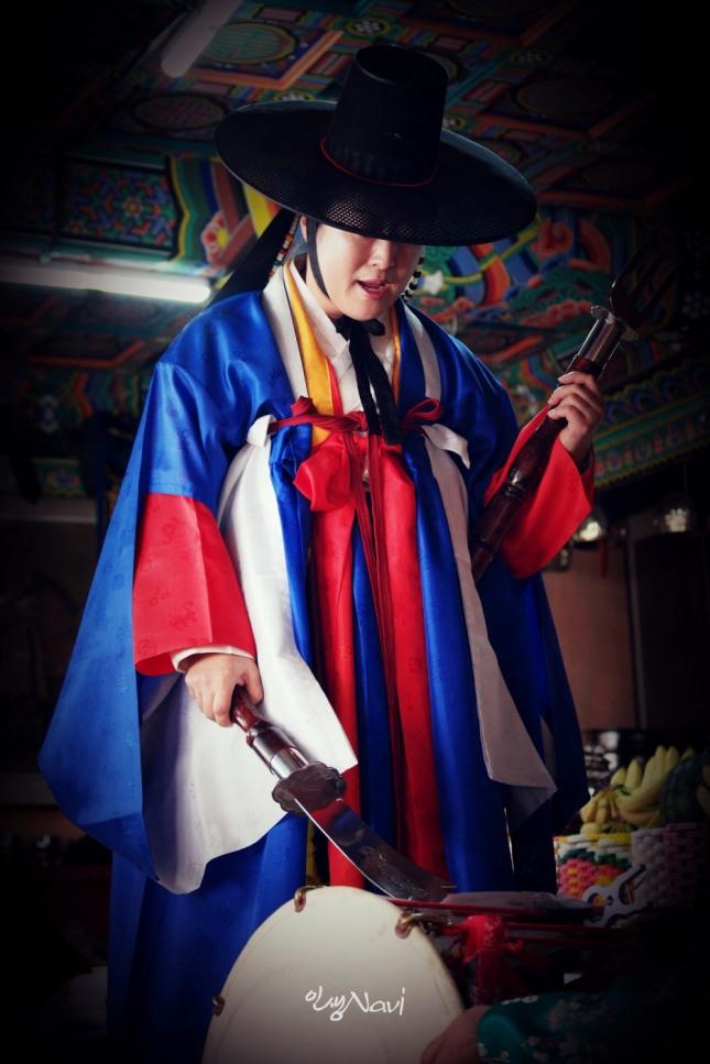 서울특별시 무형문화재 35호 밤섬도당굿 이수자 만신 김금휘씨가 서울 종로구 인왕산 국사당에서 서울굿 한양굿(장군거리)을 하고 있다.