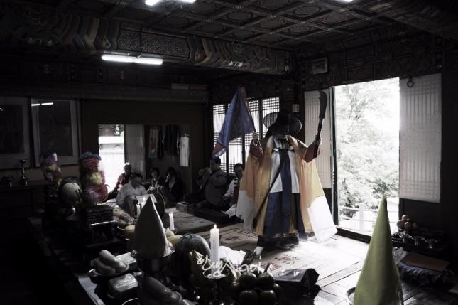서울시 무형문화재 제35호 마포 밤섬부군당도당굿 이수자 만신 김금휘씨가 최근 서울 종로 인왕산 국사당에서 서울굿 한양굿(성제거리)을 하고 있다.