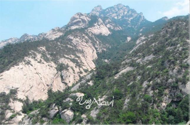 산세가 거칠고 추악하고 돌이 많은 조악한 산.