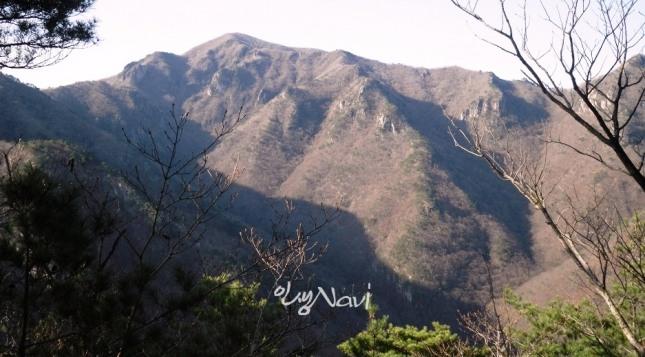 산세가 거칠고 급하고 험하여 쉽게 오르기 어려운 준급한 산.