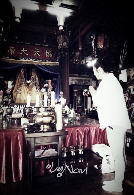 서울시 무형문화재 제35호 이수자 만신 김금휘씨가 소문난 기도처 관성묘(關聖廟)에서 기도를 올리고 있다.