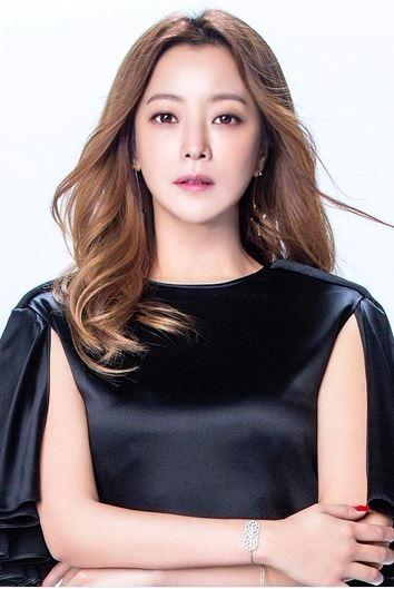 배우 김희선의 타로카드는 '스타'로 톡톡 튀는 말솜씨는 타고났으며 너무 솔직해서 사람을 당황하게 할 정도다.