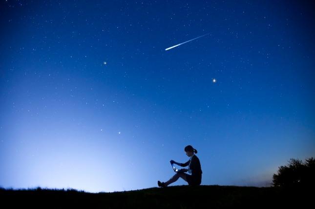 하늘에서 떨어지는 유성을 받는 꿈은 재물, 돈, 명예, 문서, 임신, 임명장, 상장, 훈장, 승진, 당선, 합격, 자격취득 등을 상징한다. 자료=글로벌이코노믹