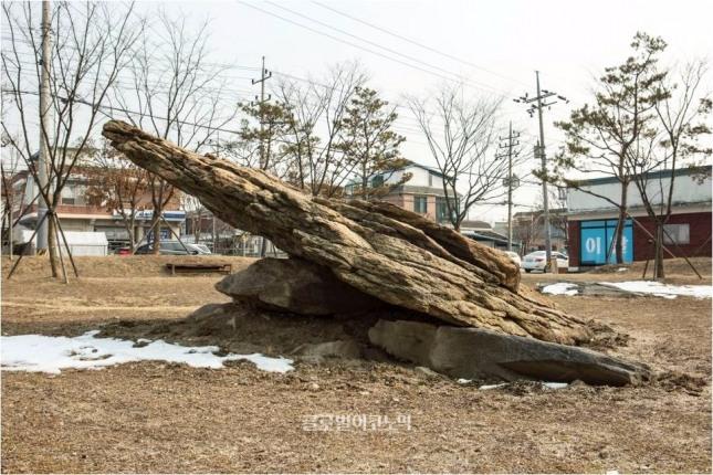 주민들이 치성장소로 활용한 연천 차탄리 고인돌.