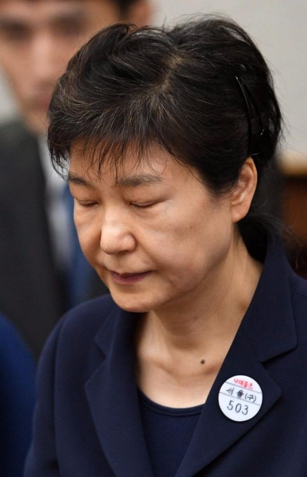 박근혜 전 대통령은 수감 중 다시 얼굴이 바뀌었다. 눈(眼)은 길고 가름하나 궁안(弓眼)의 유덕(柔德)이 없고 사나운 정기와 무표정한 신기로 위장하여 태연하다.