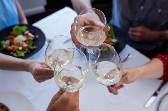 고위 인사와 함께 술을 실컷 마시는 꿈은 관운이 형통하고 이름을 천하에 날리는 길몽이다. 자료=글로벌이코노믹