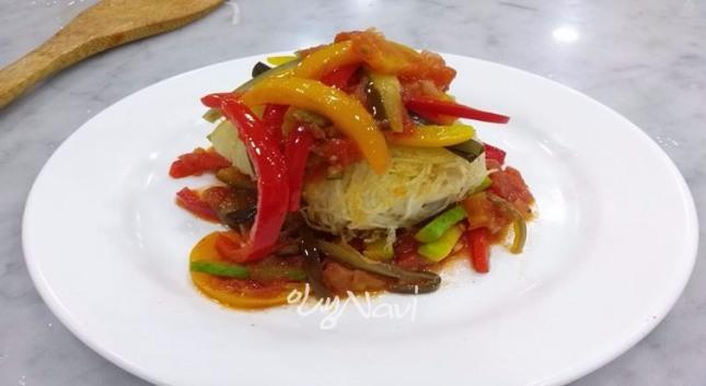 토마토 소스를 곁들인 감자로 감싼 도미요리