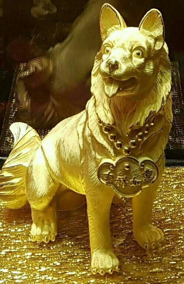 금으로 만든 강아지와 금으로 만든 돼지 상을 소유하는 꿈은 물질적으로 풍요롭고 당대에 부자가 됨을 상징하는 길몽이다.