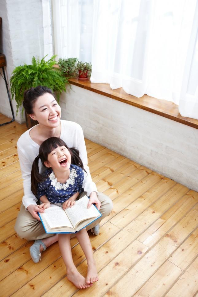 부모가 자녀의 눈을 다정하게 바라보고 부드럽고 따뜻하게 말한다면 부모자식 간에 전생에 웬수를 대하는 것 같은 일은 사라질 것이다. 자료=글로벌이코노믹