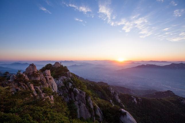 높은 산을 보고 절을 하는 꿈은 윗사람으로부터 도움을 받거나 덕담을 듣는다. 자료=글로벌이코노믹