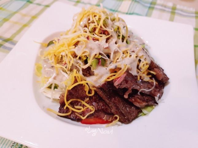 참깨 드레싱을 곁들인 소고기 샐러드.