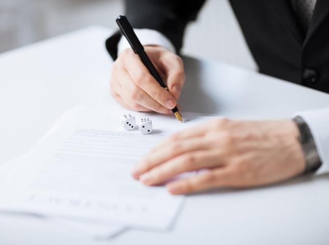 공‧사문서나 서류를 찢거나 태워 버리는 꿈은 재물, 돈, 소원성취 등의 길운을 상징한다. 신분, 권리, 사건, 일거리, 책임 등의 일이 해소된다. 자료=글로벌이코노믹