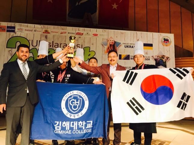 김해대 호텔외식조리과는 '2018터키 이즈밀 국제요리대회'서 그랑프리(대상)를 비롯해 금메달 10개, 은메달 1개, 동메달 1개를 수상하는 쾌거를 올렸다.