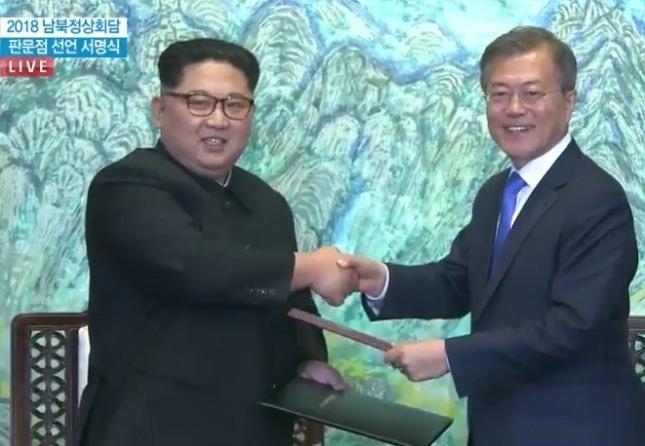 김정은 국무위원장은 자기 주장이 강하고 체통을 높이는 행보를 보였으며, 문재인 대통령은 사려깊고 상대방을 배려하는 지도자의 모습을 연출했다.