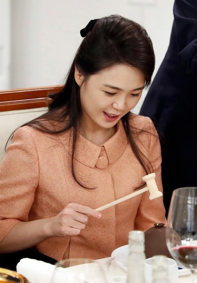 김정은 북한 국무위원장의 부인 리설주 여사는 귀와 관골 그리고 코로 이어지는 선한복상(福相)으로 남편을 위한 내조외교(內助外交)가 기대된다. 사진=뉴시스