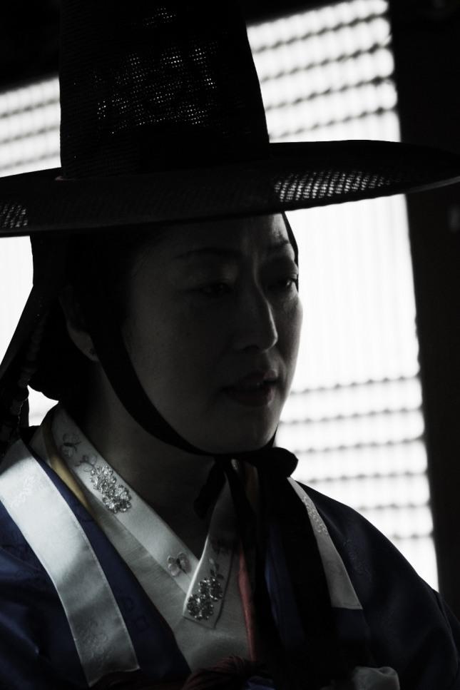 서울특별시 무형문화재 제35호 마포 밤섬도당굿 이수자 만신 김금휘가 인왕산국사당에서 굿을 하고 있다.