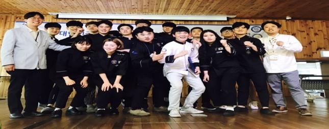 김해대 호텔외식조리과 수상자들이 시상식 후 기념촬영을 하고 있다.