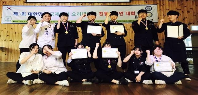 경남청소년조리연연구회 수상자들이 시상식 후 기념촬영을 하고 있다.