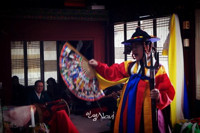 서울특별시 무형문화재 제35호 이수자 만신 김금휘가 서울 종로 인왕산 국사당에서 굿을 하고 있다.