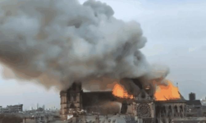 프랑스 파리 노트르담 대성당이 불타고 있다 노트르담  성당은 가톨릭 성당으로  주교좌성당 가톨릭 파리 대교구 본당이다