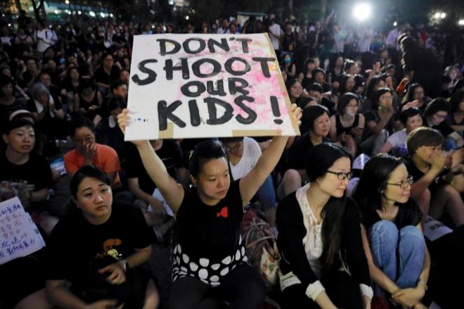 14일 홍콩 차터가든공원에서 열린 '범죄인 인도 법안 반대 어머니 집회'에서 '임을 위한 행진곡'이 울렸다.  사진=뉴시스