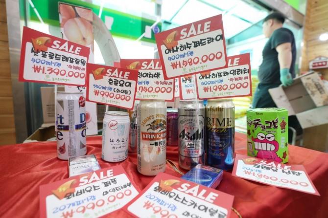 지난달 대구 수성구의 한 대형마트에서 일본산 맥주와 담배 등에 터무니없는 가격표가 붙어 있다. 마트 관계자는 일본산 불매운동에 동참하며 고객들에게 웃음을 주고 불매운동에 동참하자는 의미에서 마련한 이벤트라고 밝혔다. 대구에서는 지난 8일부터 200여개 중·소형 마트가 일본산 제품 판매를 중지했다.  사진=연합뉴스