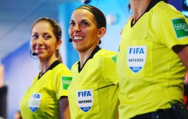 사상최초로 UEFA 주관 남자대회 주심을 맡게 된 스테파니 프라파트(가운데) 심판.