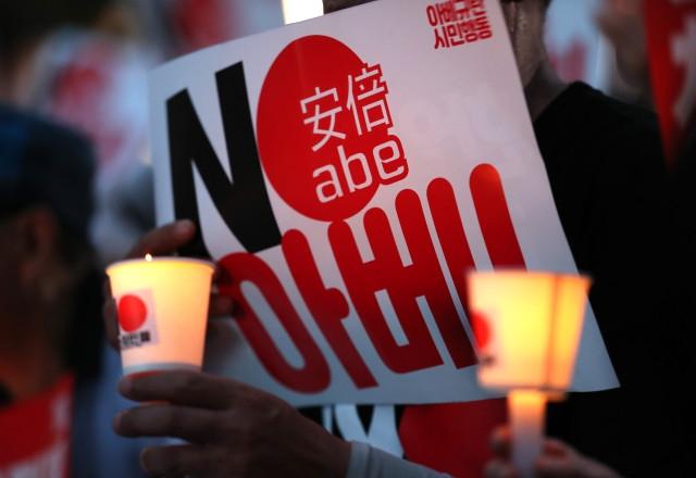 10일 오후 서울 종로구 옛 주한 일본대사관 앞에서 열린 '아베규탄 4차 촛불문화제'에서 참가자들이 촛불을 들고 있다. /연합뉴스