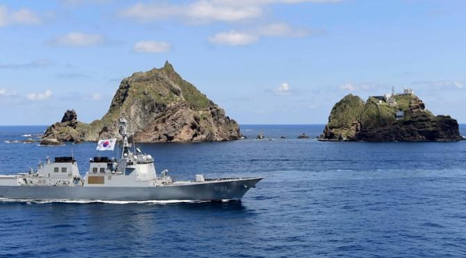 우리 군(軍)은 독도를 비롯한 동해 영토 수호 의지를 더욱 공고히 하기 위해 오늘부터 내일(8.26)까지 동해 영토수호훈련을 실시한다.  사진은 오늘 훈련에 참가한 세종대왕함(DDG, 7,600톤급)이 독도 앞을 항해하는 모습. 사진 = 해군 제공