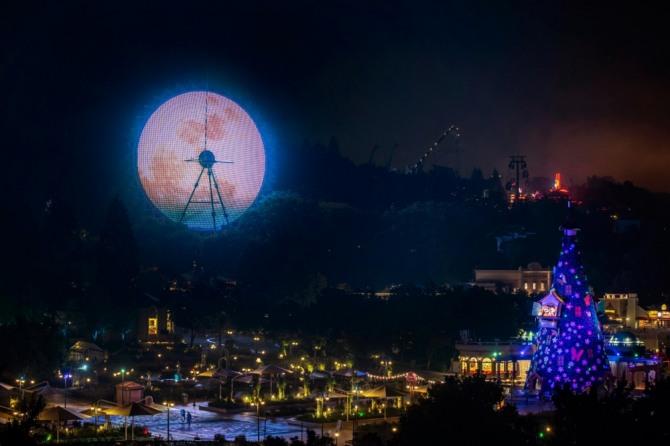 추석연휴 테마파크와 궁궐에 가면 특별한 보름달을 만날 수 있다.  사진은 에버랜드 우주관람차의 초대형 보름달 모습. 사진=에버랜드