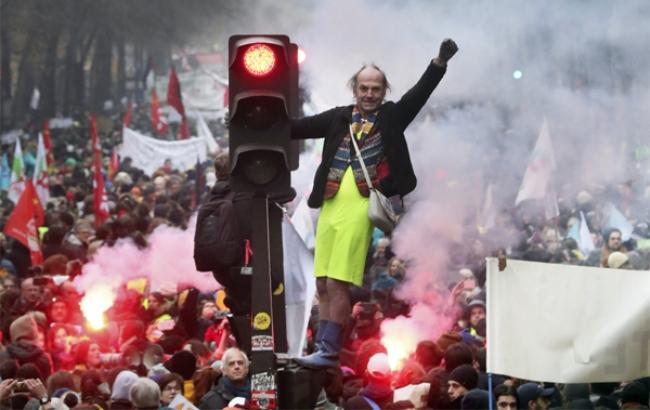 프랑스에서 현지시간 5일 전국에서 80만 명 이상이 참가한 연금개혁 반대시위와 총파업이 시작됐다.