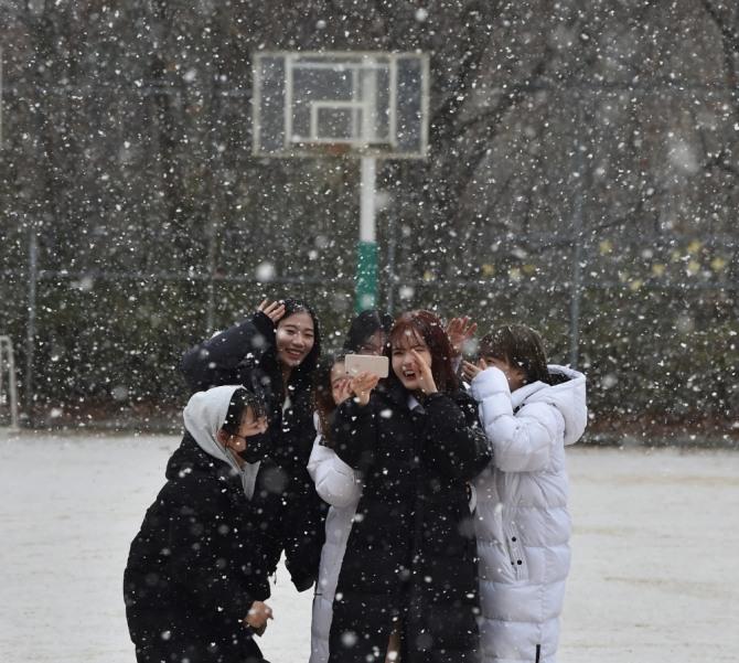 함박눈이 내린 지난 3일 오전 경기 군포시 산본고등학교 운동장에서 학생들이 눈을 맞으며 셀카 촬영을 하고 있다.  사진=뉴시스