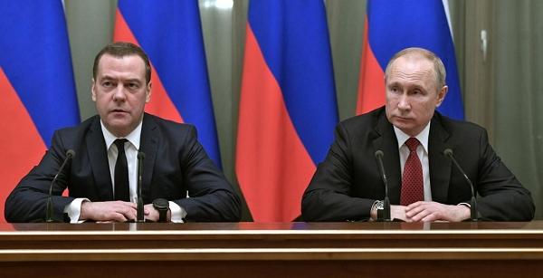 블라드미르 푸틴 러시아대통령(사진 오른쪽)과 드미트리 메드베데프 총리. 사진=로이터