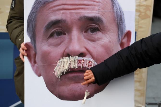 해리 해리스 주한미국대사 참수대회 참가자가 지난해 12월 13일 오후 서울 종로구 주한미국대사관 인근에서 열린 참수대회에 참석해 콧수염을 제거하는 퍼포먼스를 하고 있다.  사진=뉴시스
