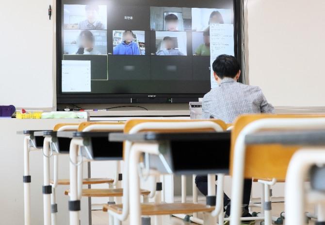 교육부는 3일 중3·고3학년 학생에게 7일까지, 16일 이후 개학하는 중·고등학교 1~2학년과 초등학생에게는 13~14일 각각 온라인 수업용 스마트 기기 대여를 완료한다고 밝혔다. 사진=뉴시스