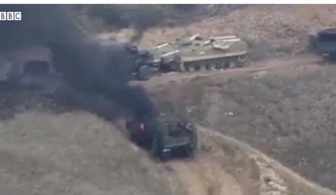 남코카서스 국가인 아제르바이잔과 아르메니아가 27일 분쟁지역인 나고르노카라바흐지역에서 무력 충돌을 빚었다.  전차와 트럭들이 불타하고 있다.  사진=BBC캡쳐